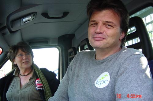 Le chef et la cheftaine dans leur camion